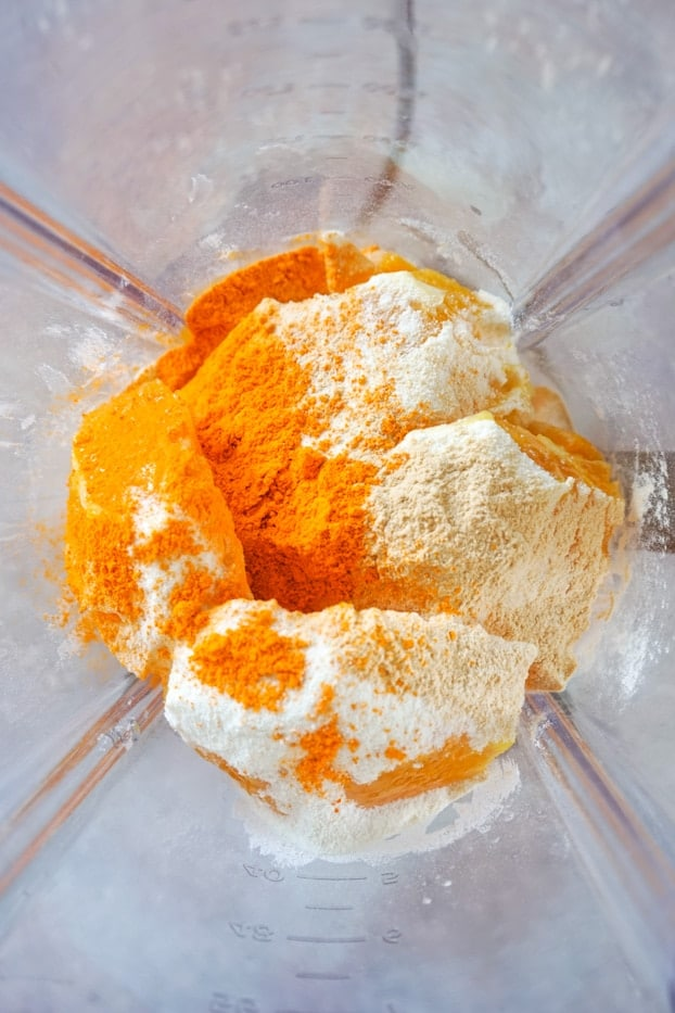 Turmeric powder and Vitamic C powder in a blender